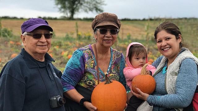 OTOÑO. En el pasado otoño, Rosa Quinteros, junto con su esposo Carlos, su nieta Eliza Mar y su nuera Debbie. | Foto: Cortesía de la familia Quinteros.