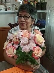 AGASAJO. Con este ramo de flores sus hijos la agasajaron un Día de la Madre, hace dos años. | FOTO: Familia Quinteros