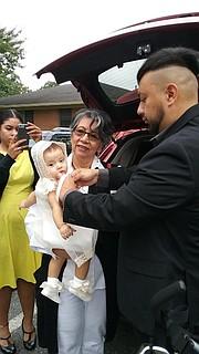 BAUTIZO. Rosa Quinteros, el día del bautizo de su nieta Eliza Mar, hace un año y medio, acompañada su hijo Carlos Augusto. | FOTO: Familia Quinteros