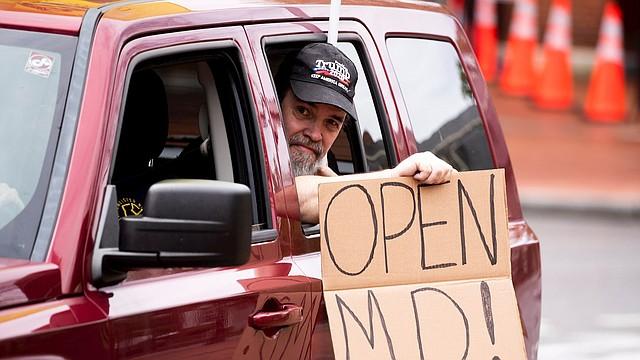 PROTESTA. En Maryland, grupos de residentes afines al gobierno de Trump han estado exigiendo reabrir la economía. | Foto: Efe/Michael Reynolds.
