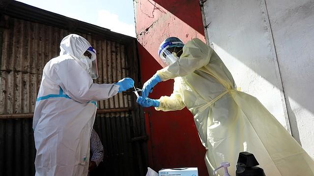 TRABAJO. Fue hasta marzo cuando la OMS declaró que el COVID-19 se había convertido en pandemia.