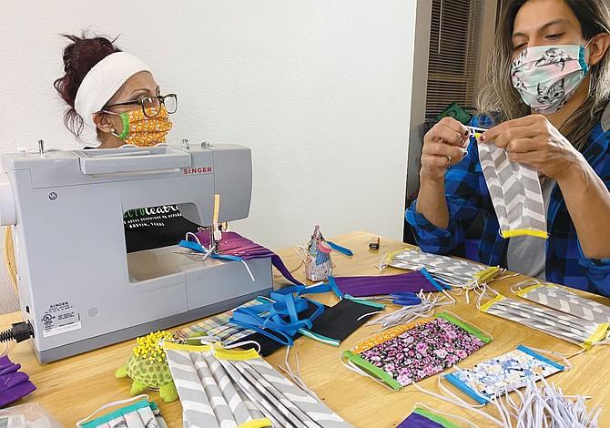 Artistas hispanos donan mascarillas a la comunidad