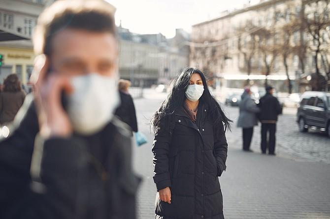 PANDEMIA. Expertos en salud pública y enfermedades infecciosas aseguran que la novedad del virus hizo que las disparidades raciales no fueran algo previsible