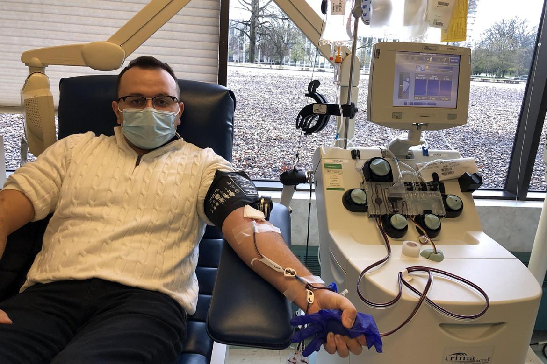 El doctor Anar Yukhayev dona plasma el 18 de abril, luego de recuperarse por completo de COVID-19, en Long Island, Nueva York. (Foto: cortesía doctor Yukhayev)