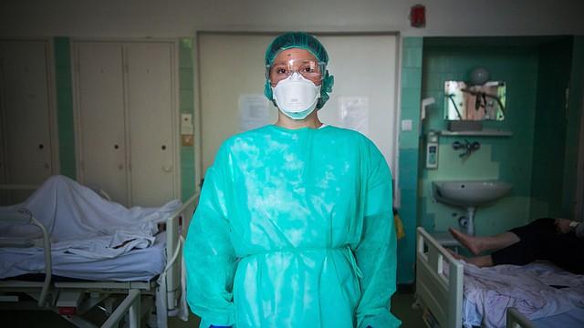 PANDEMIA. Anett Pelikan, doctora, con un equipo de protección junto a la unidad de cuidados intensivos para pacientes con COVID-19 en el Hospital Szent Janos, en Budapest, Hungría, el 14 de mayo de 2020. | Foto: Efe.