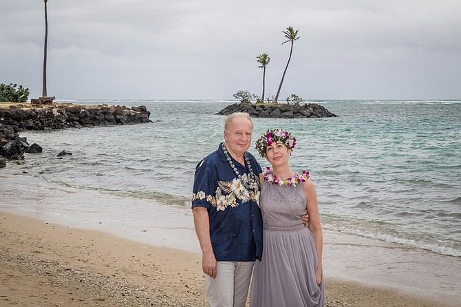 Vlastimil Gajdoš y Sylva Di Sandro se casaron en Honolulu, pero poco después Gajdoš pasó dos semanas en el hospital gravemente enfermo por el coronavirus. Además de la preocupación de salud, tuvieron que luchar contra su seguro de viaje para que cubrieran sus gastos médicos. (Crédito: Leah Noble/Hawaiian Eye Weddings)