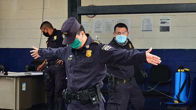 SEGURIDAD. Agentes policiales de la delegación de Mejicanos en labores de desinfección. Esta acción la realizan cuando regresan a las oficinas después de alguna operación.   Foto: EDH/Yessica Hompanera.