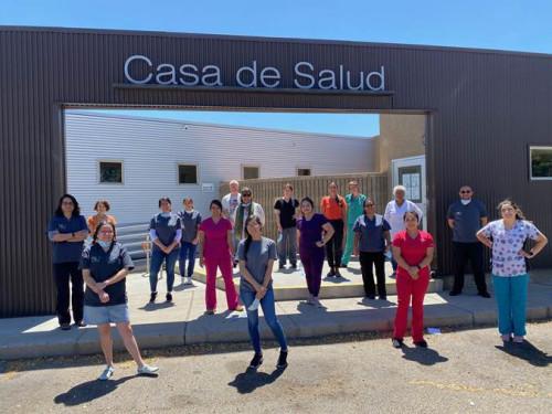 Personal de Casa de Salud en la puerta del centro, respetando la distancia social. (Crédito: cortesía Elizabeth Boyce/Casa de Salud)