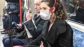 Confirmar el nivel de contagio del COVID-19 al hablar y no solo por gotas de saliva que caen sobre interruptores, rampas o manijas de puertas ayudará a explicar el alto contagio del coronavirus.