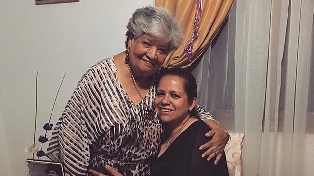 MADRE E HIJA. La salvadoreña Alma Choto y su madre, María Julia Guzmán, de 83 años, quien murió en abril. FOTO: CORT. FAMILIA.