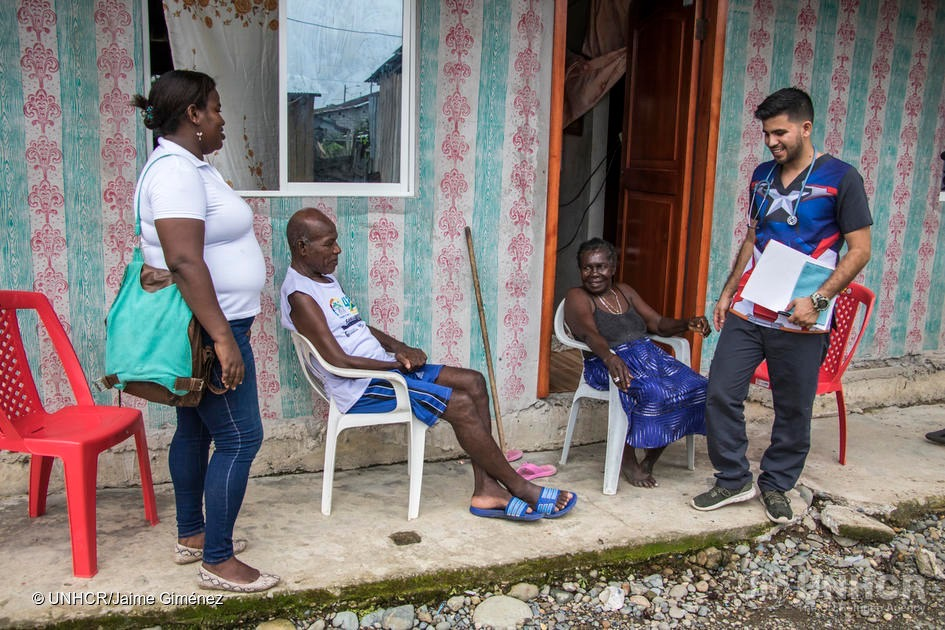 Samuel Suárez, médico venezolano ayudando a distribuir información sobre el COVID-19 en poblaciones rurales en Ecuador.