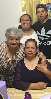 FAMILIA. Alma Choto y sus hijos se recuperaron del COVID-19. Su madre, María Julia Guzmán, de 83 años, murió. FOTO: CORT. FAMILIA