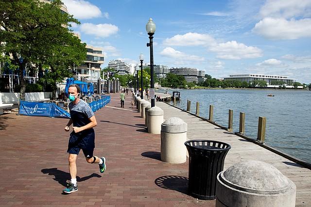 ENTRENAMIENTO. Un corredor usa una mascarilla mientras trota en el paseo de Georgetown, en Washington DC, el 26 de mayo de 2020. | Foto: Efe/Michael Reynolds.