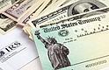 NO SE ARRIESGUE. El cheque de estímulo fue enviado por error a varias personas. Quedarse con ese dinero podría llevar a recibir multas y poner en peligro futuros trámites migratorios.