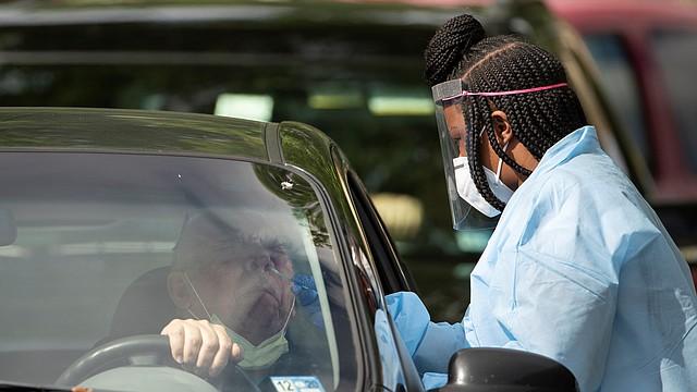 DIAGNÓSTICO. En la imagen, un profesional médico administra una prueba COVID-19 en Arlington, Virginia, el 26 de mayo de 2020. | Foto: Efe/Jim Lo Scalzo.