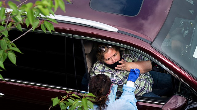 JORNADA. En la imagen, un profesional médico administra una prueba de COVID-19 cerca del Barcroft Sports and Fitness Center en Arlington, Virginia, el 26 de mayo de 2020. | Foto: Efe/Jim Lo Scalzo.