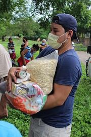 COMIDA. Desde el DMV, el Comité Monseñor Romero y el Comité Pro-Guatajiagua, Morazán, han hecho llegar comida a sus comunidades. | FOTO: Cortesía Comités