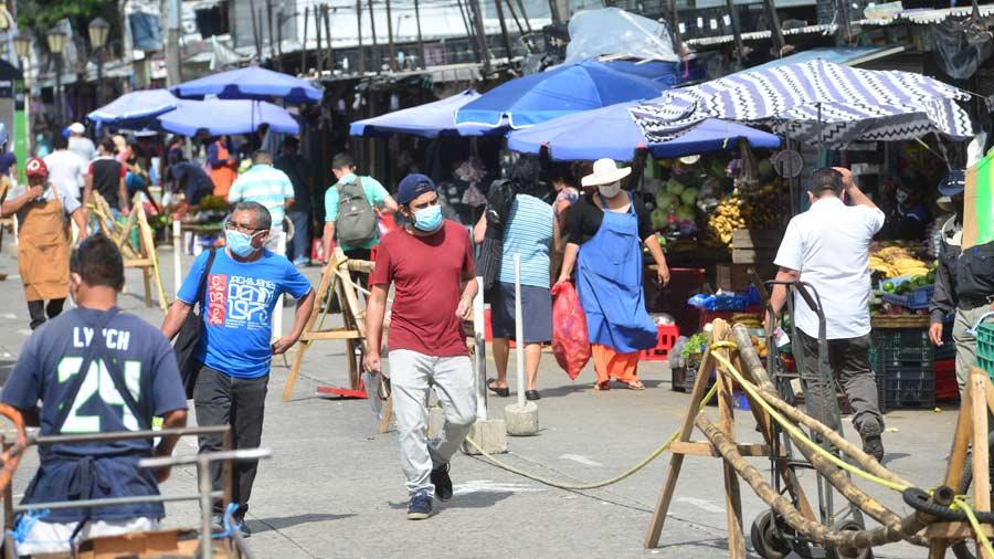 EL SALVADOR. Habitantes en Santa Tecla mientras hacen compras en los pequeños negocios que reanudaron labores.   Foto EDH.