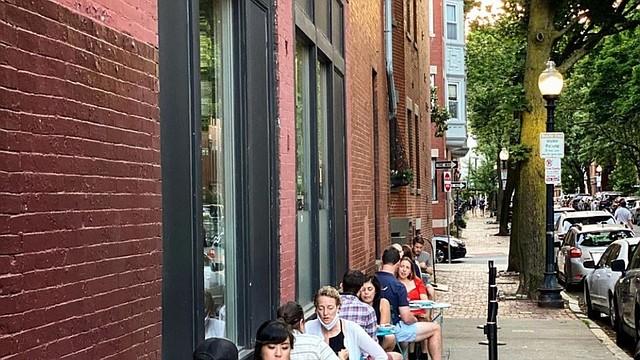 LOCAL. Residentes aprovechan la activación de la fase dos para visitar los restaurantes de la ciudad, en su modalidad al aire libre