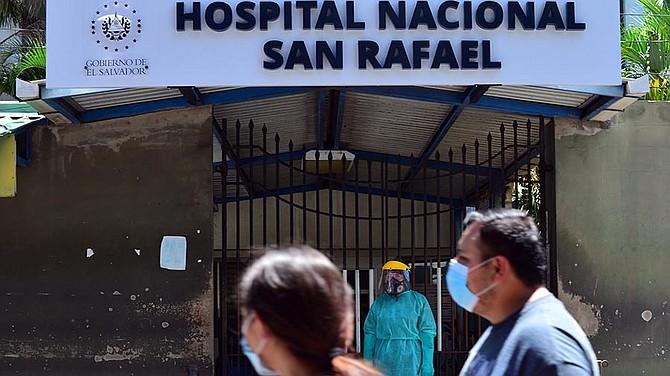 SALUD. Ante la carencia de recursos, el staff de médicos de los hospitales trabajan con lo que pueden.   Foto: elsalvador.com.