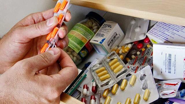 PRECAUCIÓN. Expertos recomiendan evitar la automedicación y buscar ayuda médica. Foto/archivo.