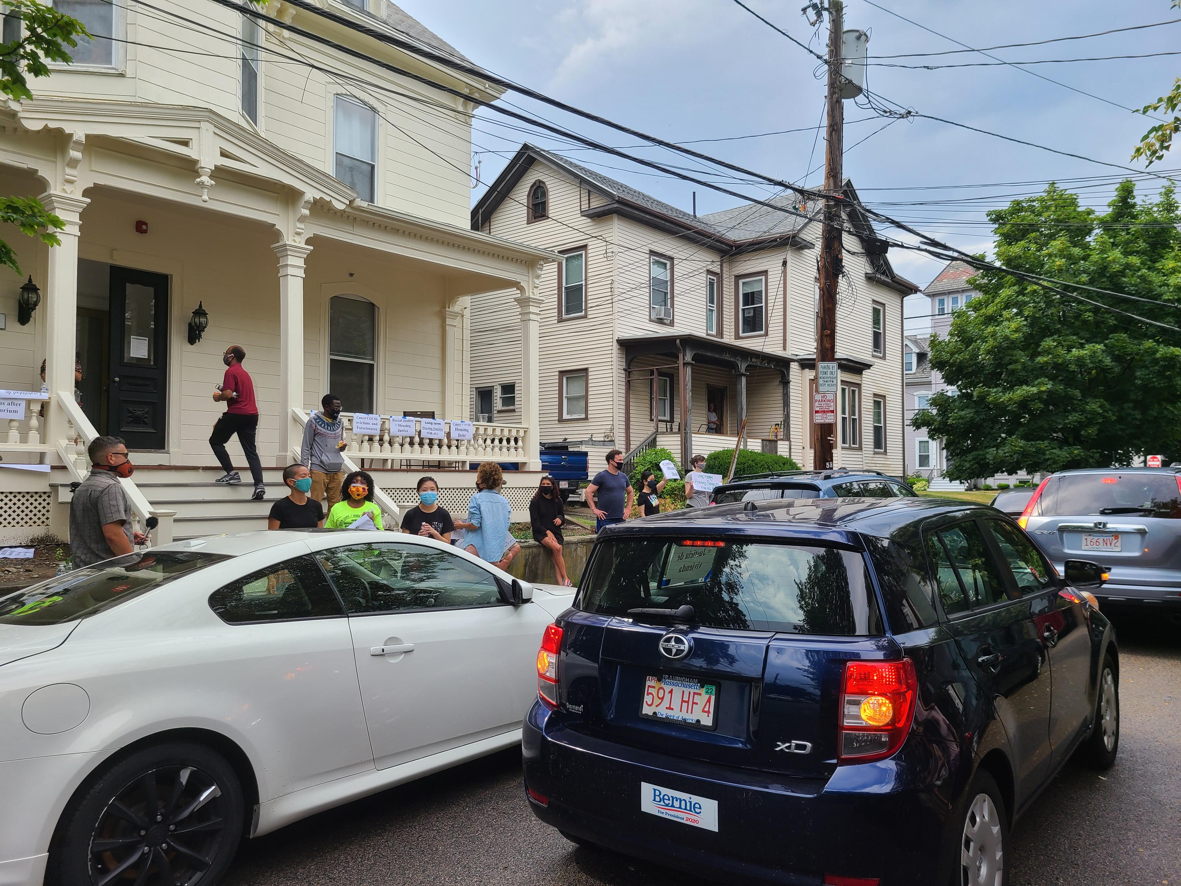 City Life/Vida Urbana organizó protesta el 27 y 28 de junio. Se trató de una caravana de más de 30 autos se movió por varios vecindarios de Boston, Somerville, Lynn y Malden para pedir por la cancelación de la deuda atrasada durante la pandemia.