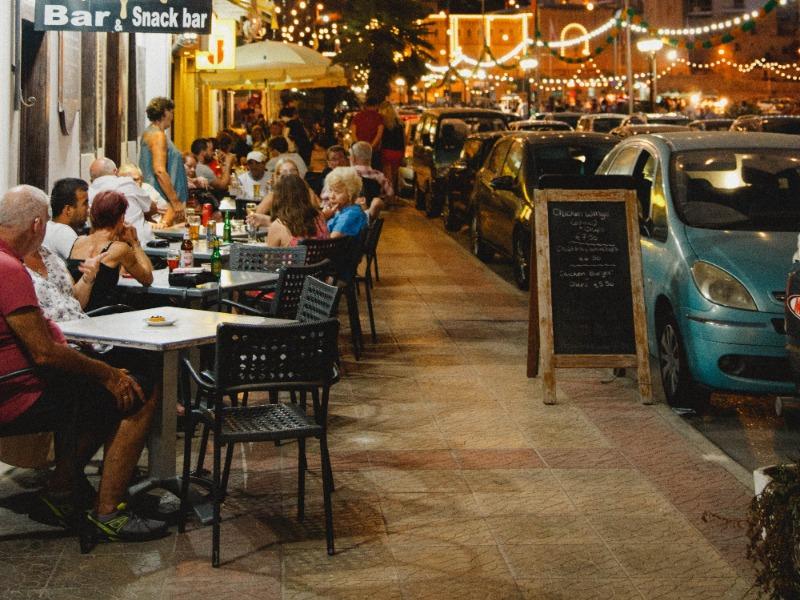 BAR. Texas suspendió las licencias de venta de alcohol en 17 bares después que agentes encubiertos observaran que las multitudes se burlaban de las reglas de salud pública