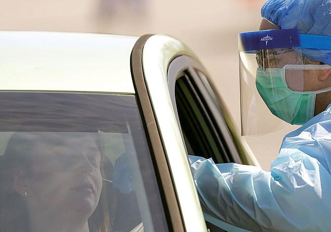 SI TIENE SEGURO MÉDICO: Evite los centros de prueba de descarte de COVID-19 gratuitos