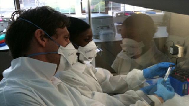 El doctor Scott Heysell, Associate Professor of Medicine, Infectious Diseases and International Health de University of Virginia, analizando muestras en un laboratorio con un colega. | FOTO: Cortesía Dr. Heysell