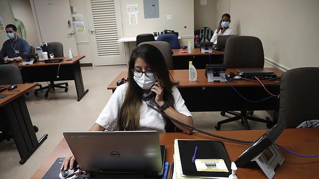 RASTREO. María Fernanda rastrea contactos de personas con COVID en el Departamento de Salud del condado de Miami-Dade, en su oficina de El Doral, en Florida, en mayo.   Foto:  AP PHOTO/LYNNE SLADKY.