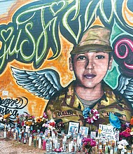 JUSTICIA. Las visitas al mural con la imagen de Vanessa Guillén –ubicado en una pared de la gasolinera Texaco, cerca de la intersección de la S. Pleasant Valley y la E. William Cannon Drive– se han multiplicado desde que se confirmó su brutal asesinato.
