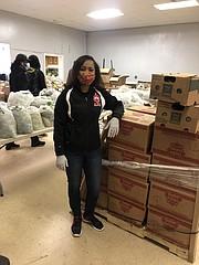 Emergencia. La distribución de alimentos es la prioridad durante la pandemia y Lisa Butler-McDougal, presidenta y directora de SEED, dirige esta tarea.   FOTO: Cortesía SEED