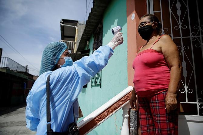 DETECCIÓN. Los empleados de salud trabajan para detectar casos positivos de COVID-19 en comunidades de El Salvador. | Foto: Efe/Rodrigo Sura.