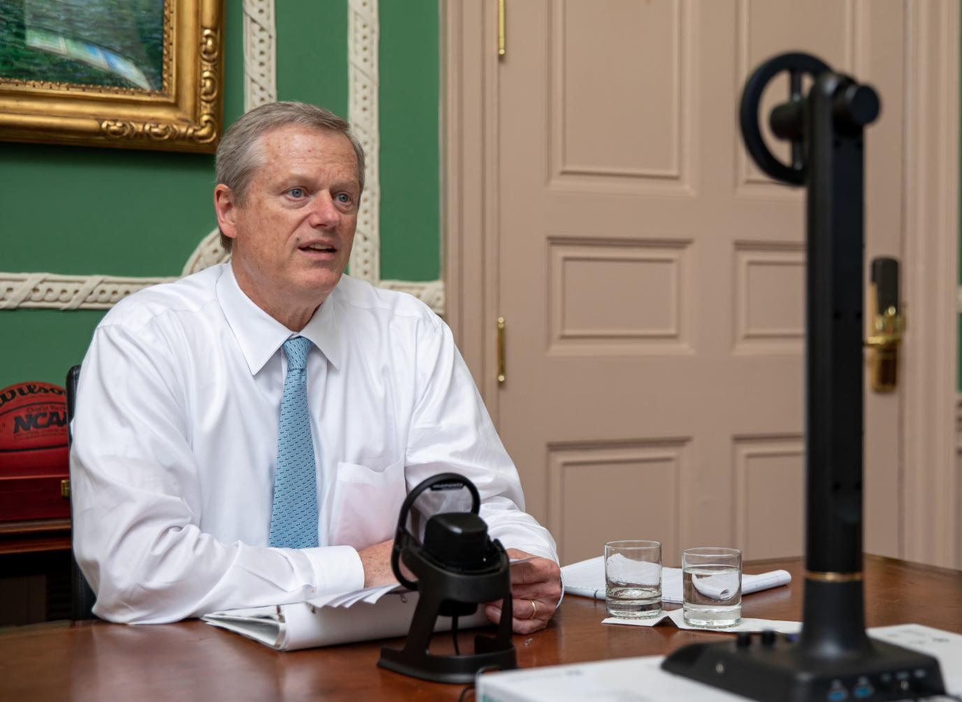 LOCAL. El gobernador Charlie Baker durante una sesión virtual con su gabinete