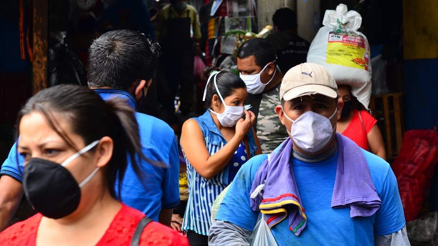 SALUD. Los especialistas en medicina recomiendan el uso de mascarilla, principalmente en lugares con aglomeración de personas. | Foto: EDH/archivo.