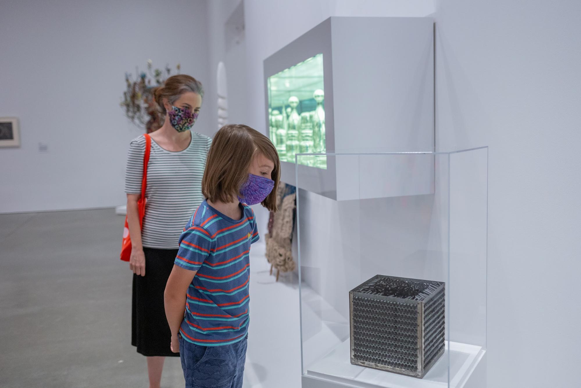 Exhibición Más Allá del Infinito: Arte Contemporáneo Después de Kusama. Los visitantes deben usar macarillas dentro del museo. (Foto de Mel Taing - Cortesía: ICA)
