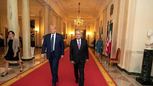 CUMBRE. Fotografía del presidente Donald Trump (i) junto con su homólogo mexicano, Andrés Manuel López Obrador (d), durante su encuentro en el Cross Hall de la Casa Blanca el miércoles 8 de julio de 2020. | Foto: Efe/Presidencia de México.