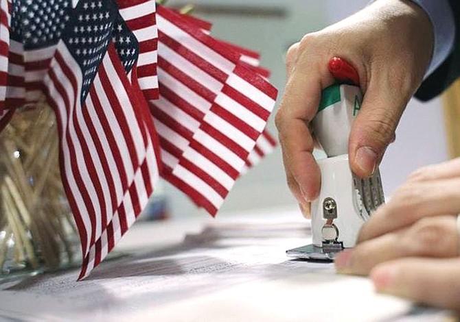 Por demora en el  trámite de naturalización: Cientos de miles  no podrán votar
