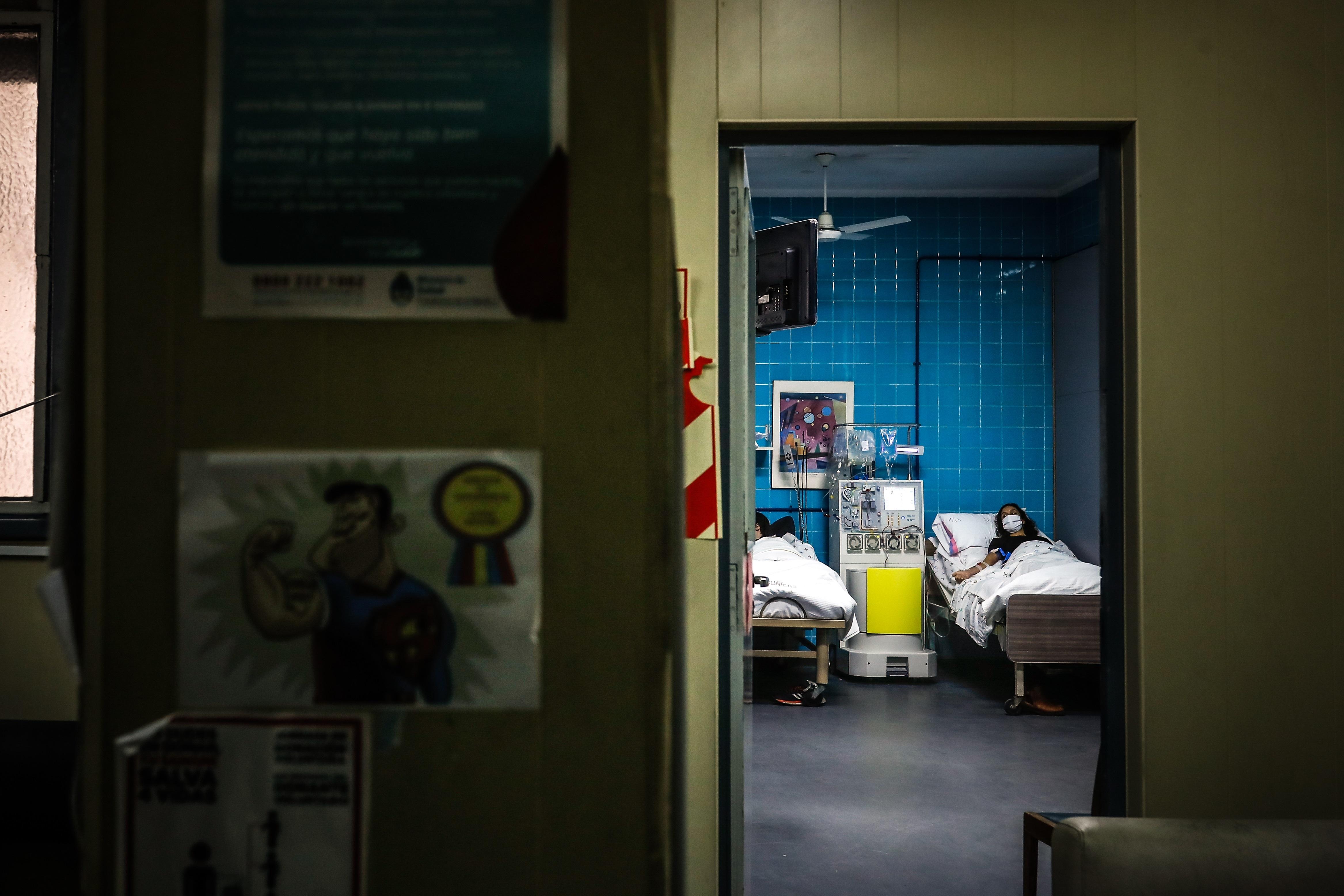 CASOS. A medida que avanza el tiempo y los contagios, la gama de síntomas del COVID-19 se extiende cada vez más. | Imagen tomada en el Hospital de Clínicas de la ciudad de Buenos Aires, por Efe/Juan Ignacio Roncoroni.
