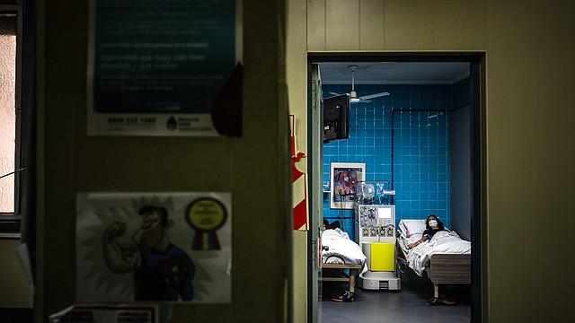 CASOS. A medida que avanza el tiempo y los contagios, la gama de síntomas del COVID-19 se extiende cada vez más.   Imagen tomada en el Hospital de Clínicas de la ciudad de Buenos Aires, por Efe/Juan Ignacio Roncoroni.