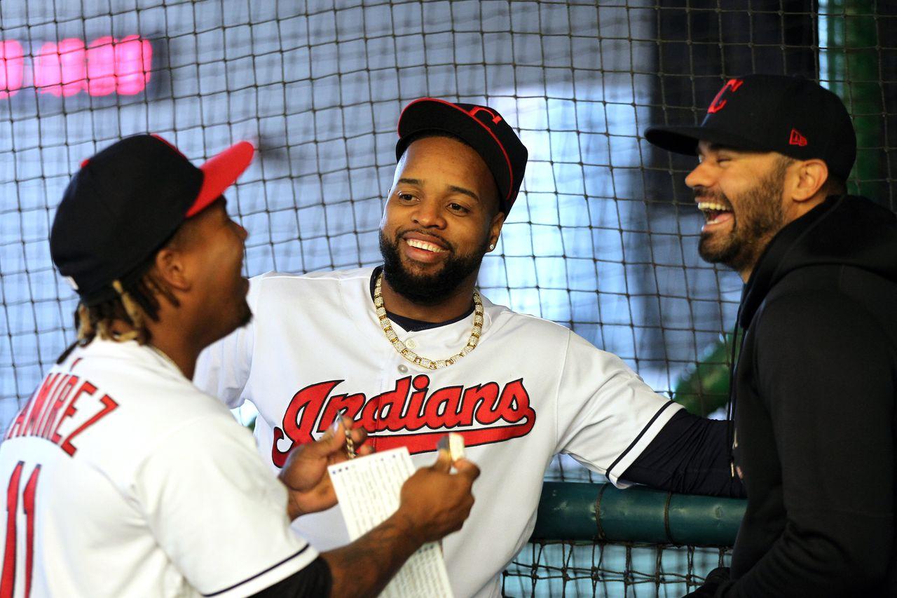 Agustin Rivero, a la derecha, ríe junto a Jose Ramirez, izquierda, y Carlos Santana, centro. Foto deJoshua Gunter, cleveland.com