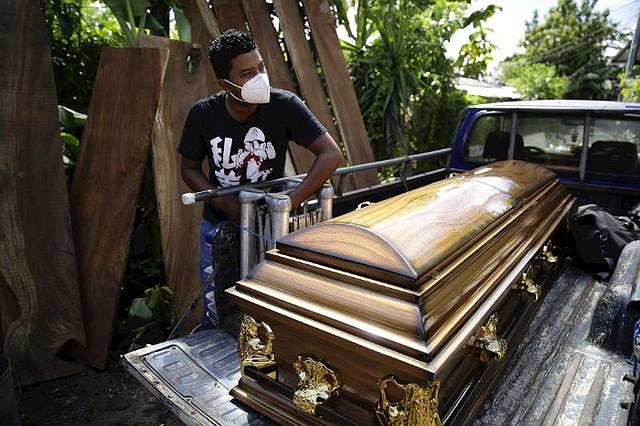 MUERTES. La demanda en la venta de ataúdes creció ante el impacto de la pandemia/EFE