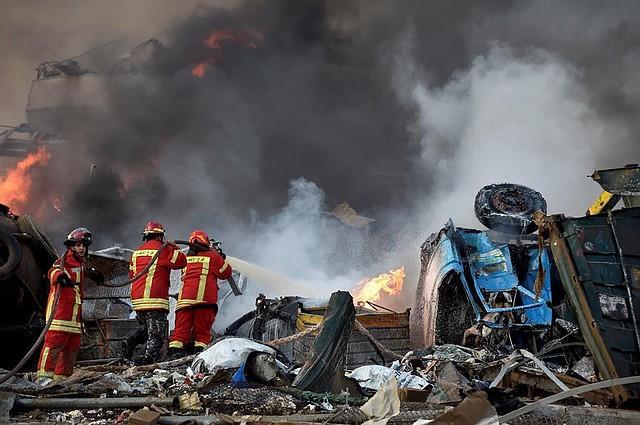 MUNDO. Los bomberos tratan de extinguir las llamas después de que una gran explosión sacudió la zona del puerto de Beirut, Líbano, el 4 de agosto de 2020