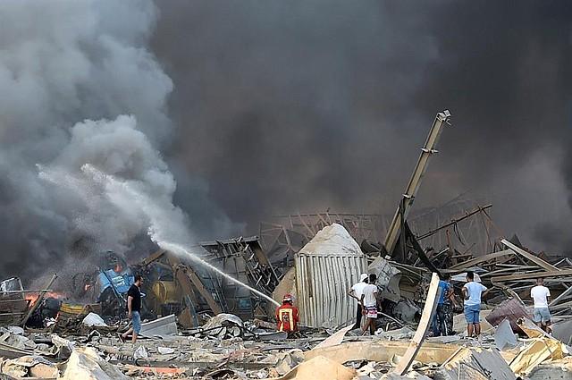 MUNDO. Los bomberos tratan de extinguir las llamas después de que una gran explosión sacudió el área del puerto de Beirut, Líbano, el 4 de agosto de 2020