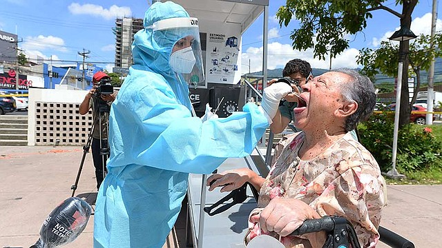 EL SALVADOR. María Cristina Gutiérrez de Flores, de 88 años, llegó en su andadera por lo que la prueba se la hicieron fuera de la cabina. El ministerio de Salud ha colocado cabinas en diferentes puntos de San Salvador para detectar casos de COVID-19
