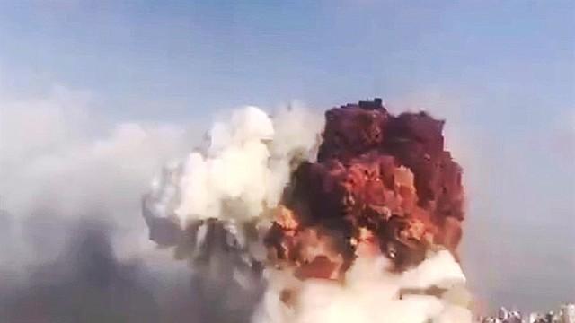 MUNDO. Una imagen fija tomada de un video de un teléfono móvil y puesta a disposición por un usuario de Twitter -tayyaraoun1 que muestra el momento de la explosión masiva que sacudió la zona del puerto de Beirut, Líbano, el 4 de agosto de 2020