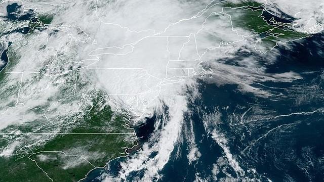 CLIMA. Fotografía cedida por la Administración Nacional Oceánica y Atmosférica (NOAA) de Estados Unidos por vía del Centro Nacional de Huracanes (NHC) donde se muestra la localización del huracán Isaías este martes a la 11:26 hora local (15:26 GMT)