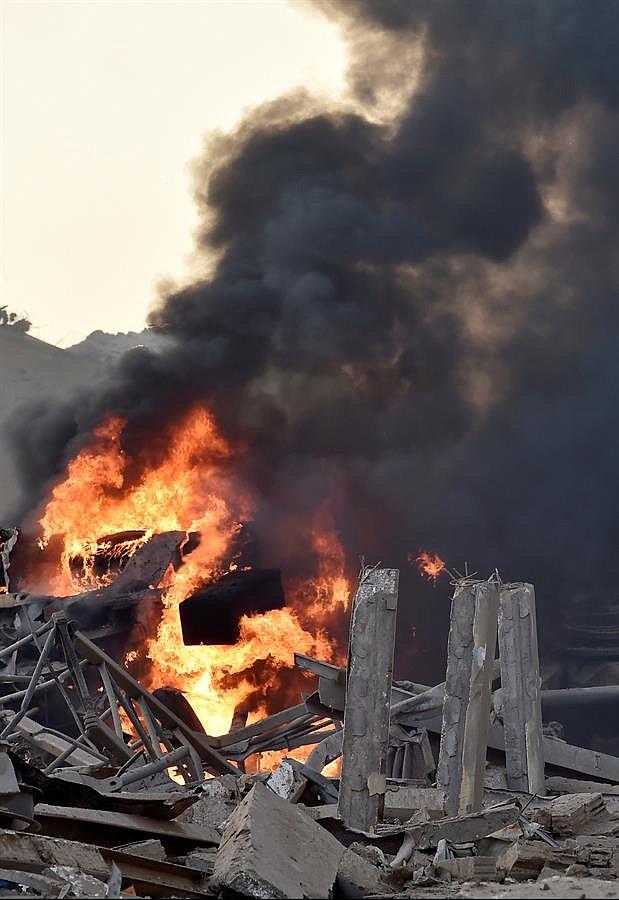 EXPLOSIÓN. Vista de un incendio tras una explosión en un almacén de la zona del puerto de Beirut, Líbano, este martes