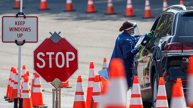 COVID-19. Las autoridades del DMV trabajan para aumentar el número de pruebas realizadas, una cifra importante en la lucha contra la pandemia.   Foto: Efe/Shawn Thew.