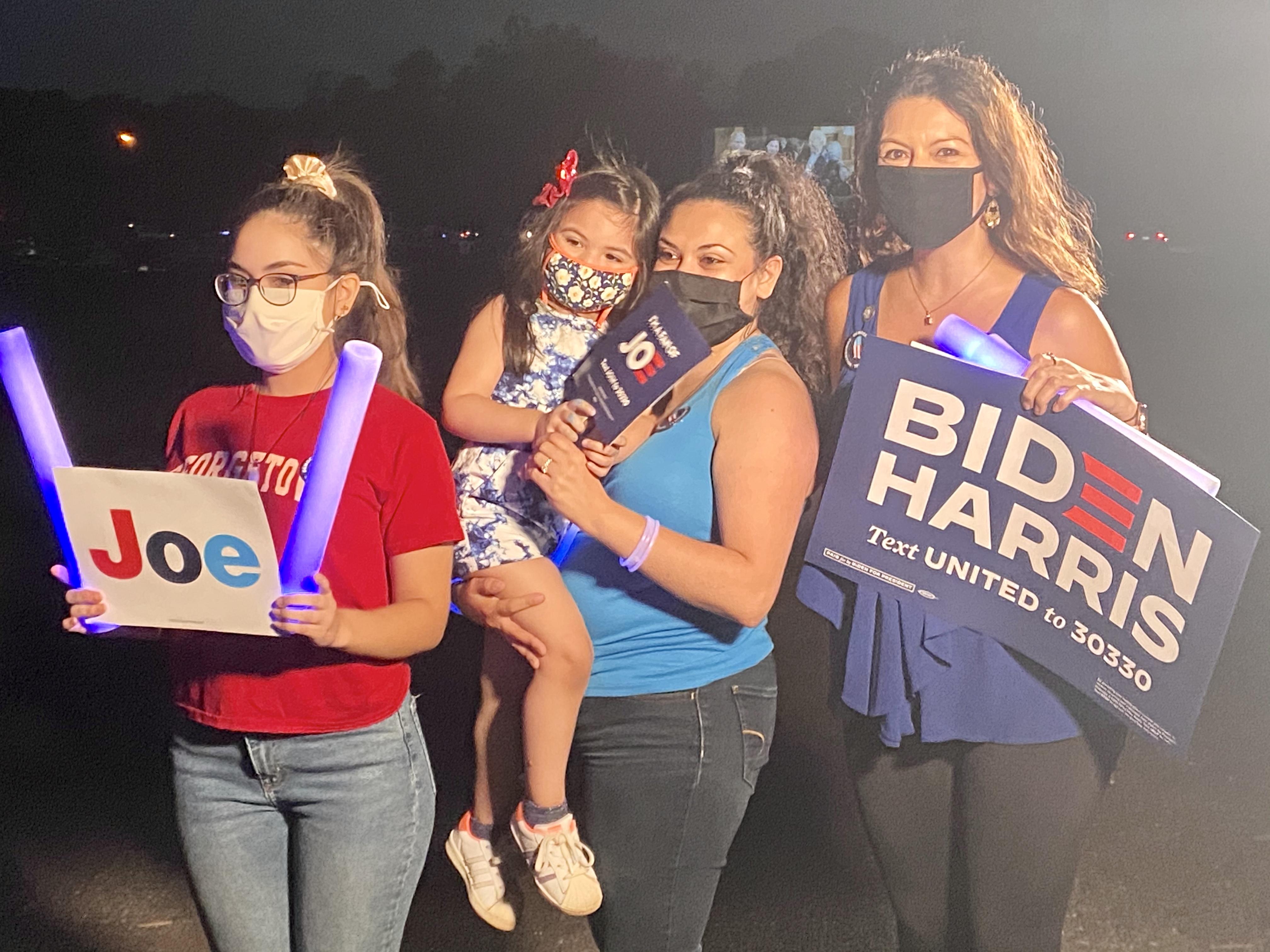 Melody González llegó con su familia al fairgrounds del condado Prince William a presenciar el discurso y afirmó que Biden sí tiene posibilidades de ganar el próximo 3 de noviembre, pero todo dependerá de que los latinos salgan a votar. | FOTO: María Peña para ETL